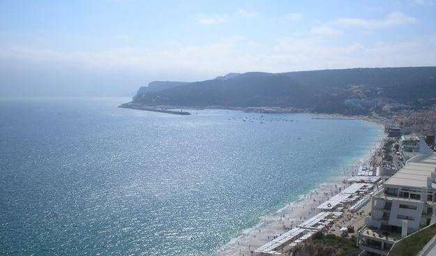 how to rent an apartment or aparthostel in Sesimbra, Portugal